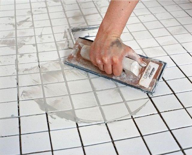 Распределение затирки теркой возможно, если плитка имеет гладкую поверхность