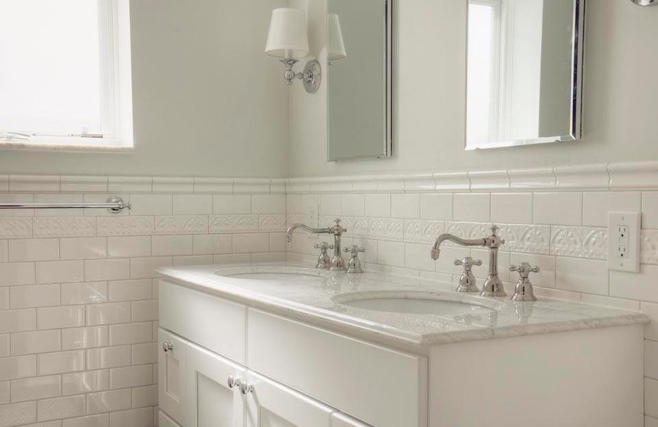 белые плиты для ванной комнаты