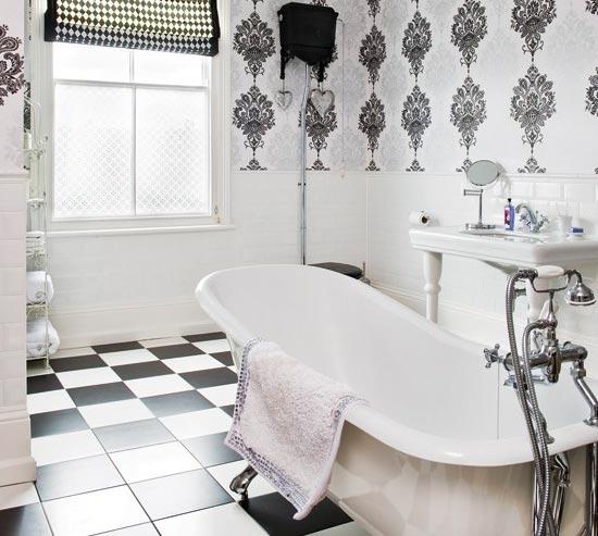 Чередование черных и белых плиток в ванной 4