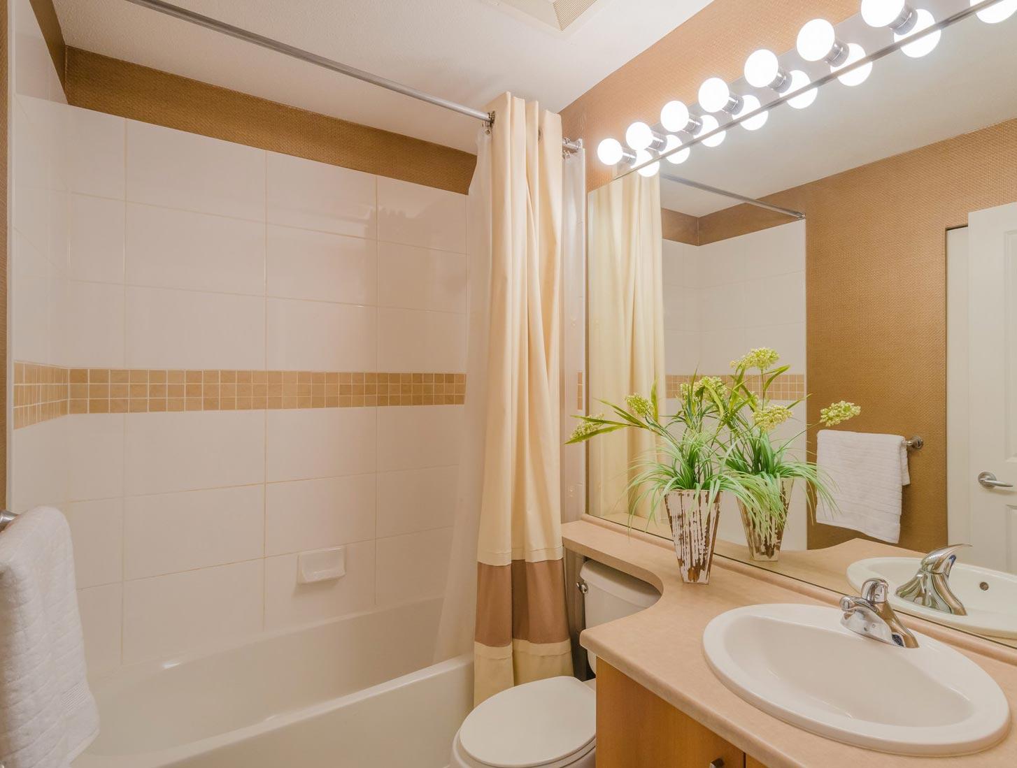 дизайн плитки в маленькой ванной 3