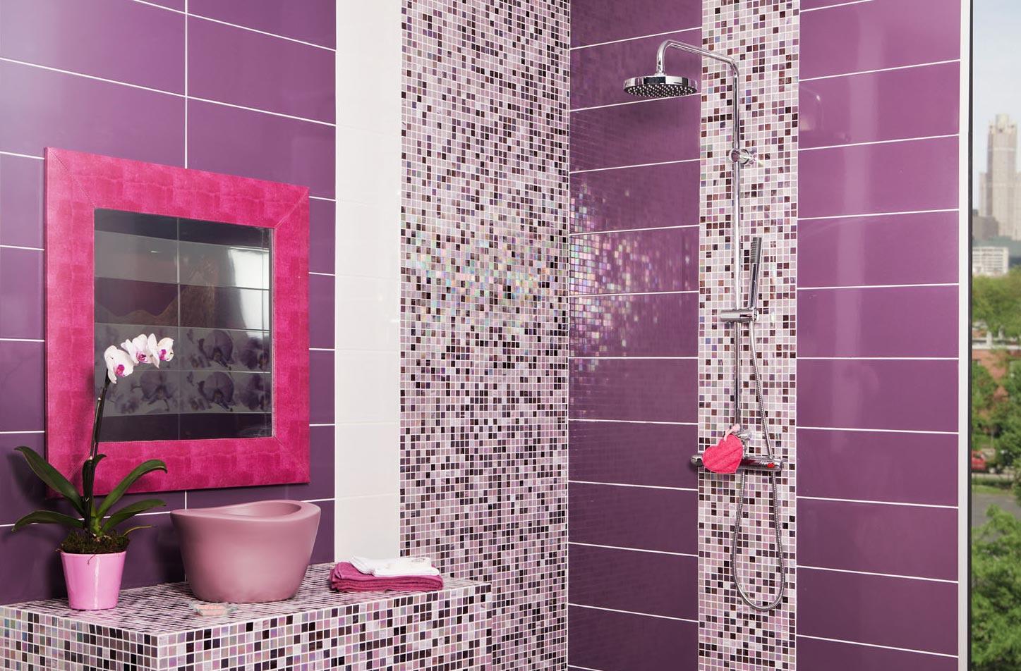 фиолетовая плитка мозаика в ванной