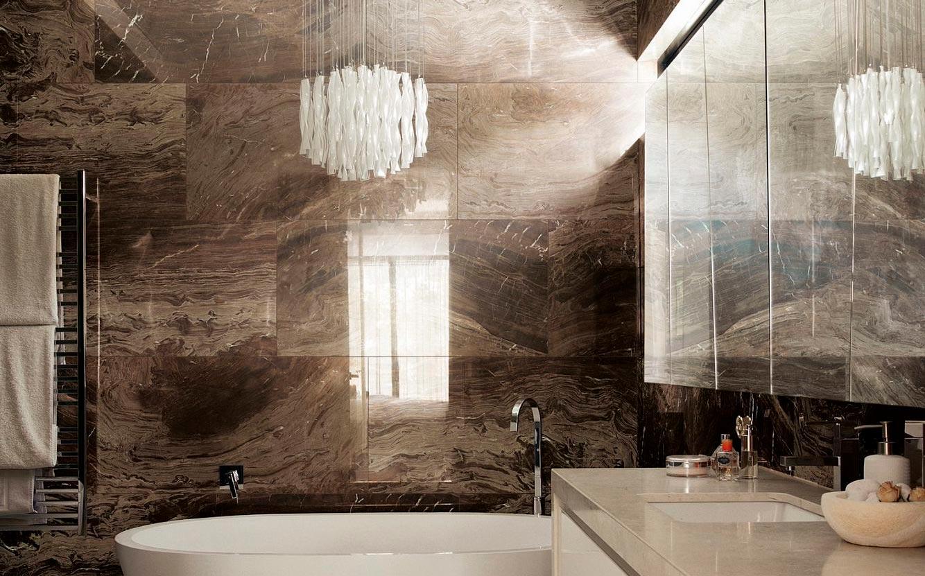 Глянцевые плитки под мрамор в ванной