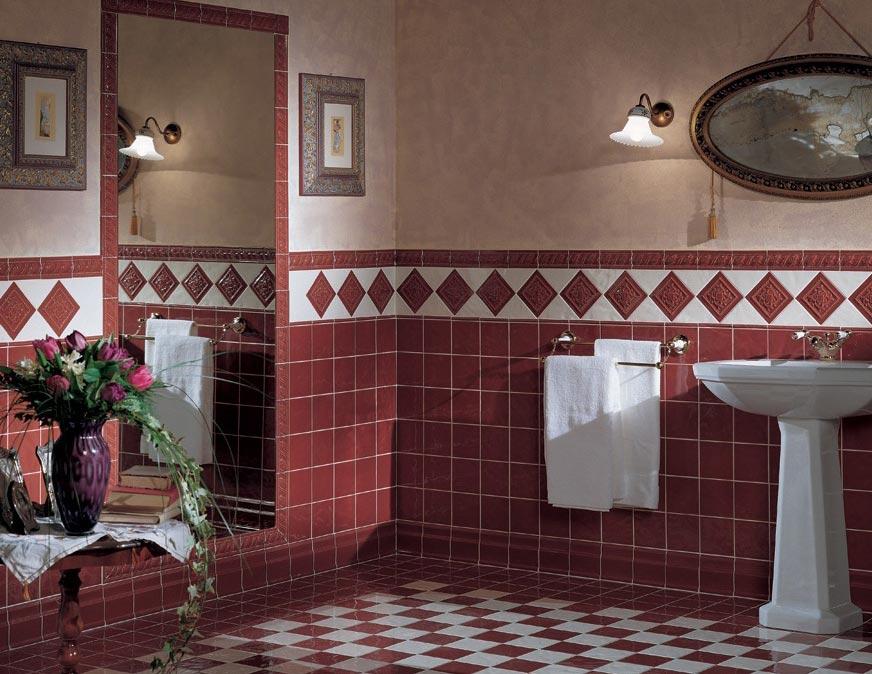 маленькая ванная комната в бордовом цвете
