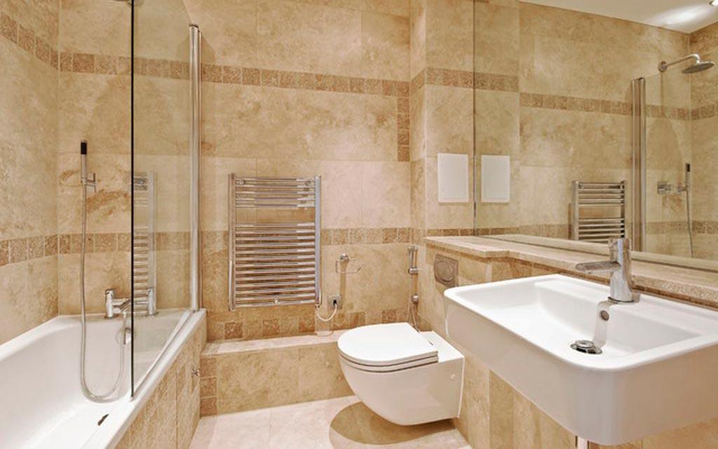 Матовые плитки под мрамор в ванной