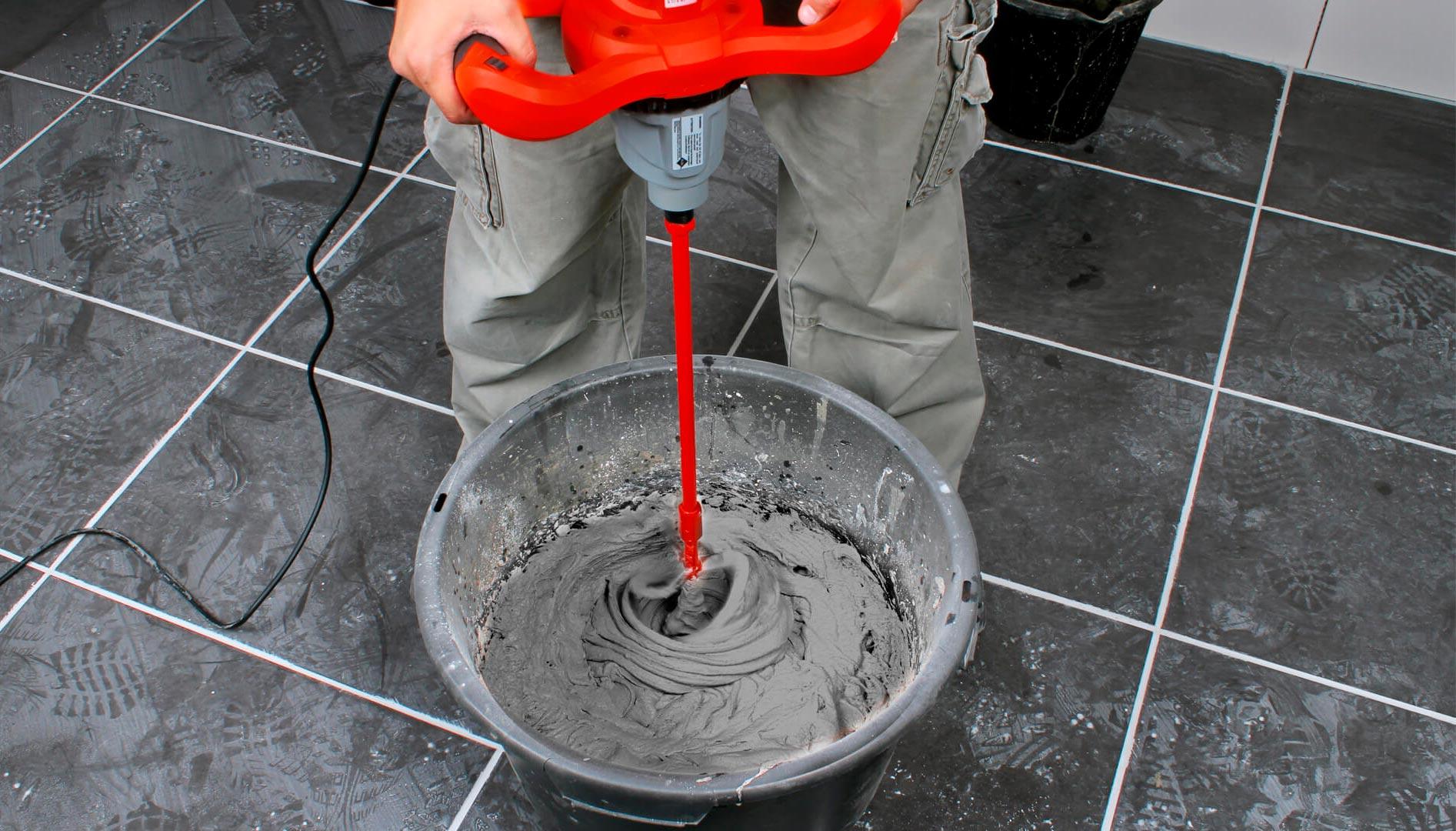 Подготовка клеевого раствора перед укладкой кухонного фартука