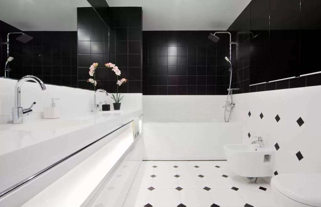 Пол из черно-белых плиток в ванной 2