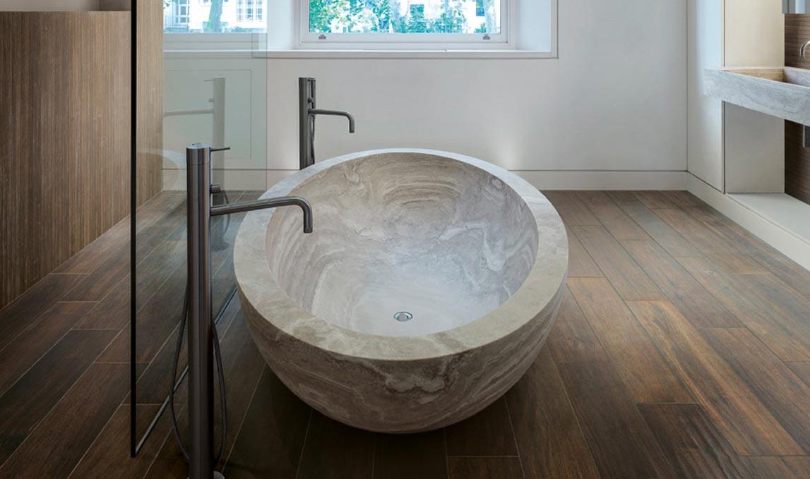 ванная из плитки под древесину
