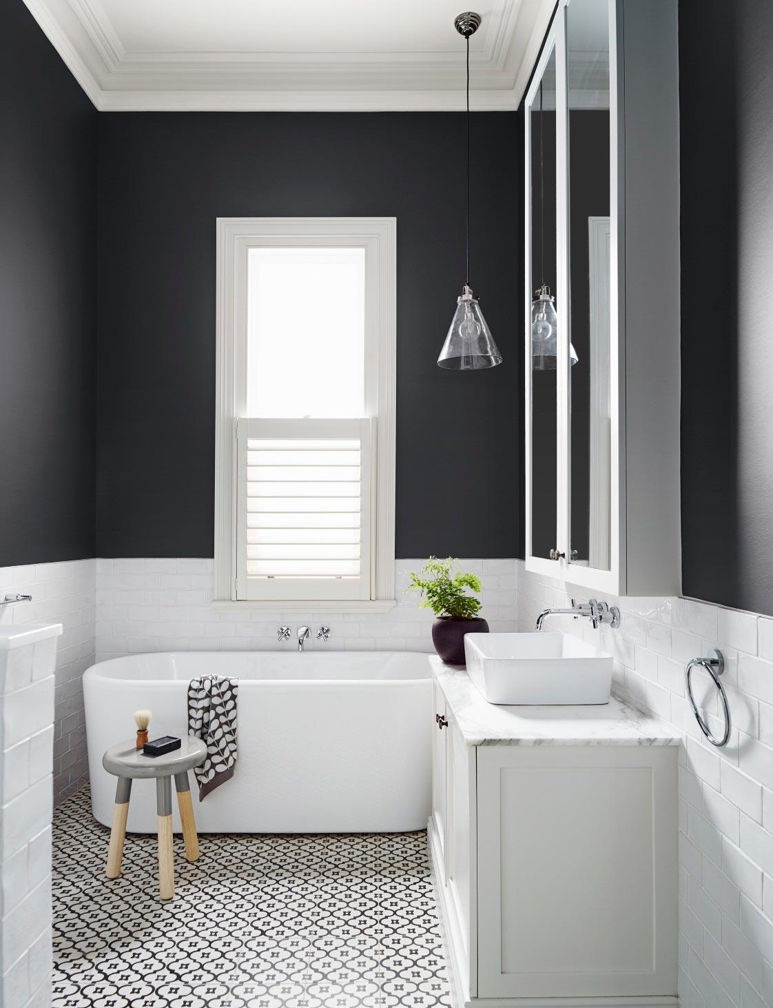 Варианты дизайна черно-белой ванны 40