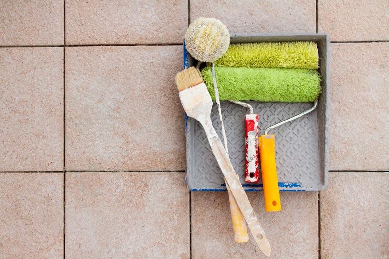 Выбираем инструменты для покраски плитки в ванной