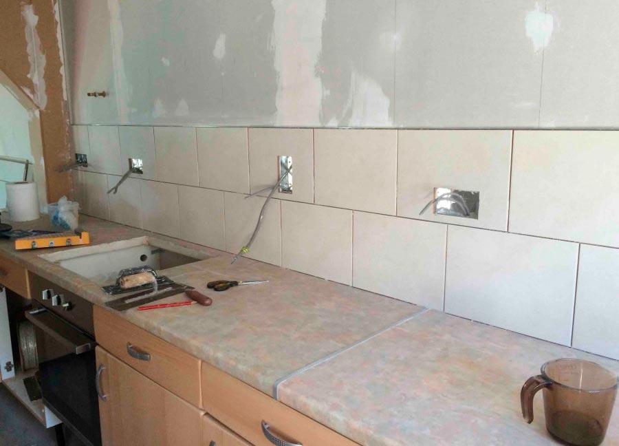 Вывод проводов и розеток в кухонном фартуке