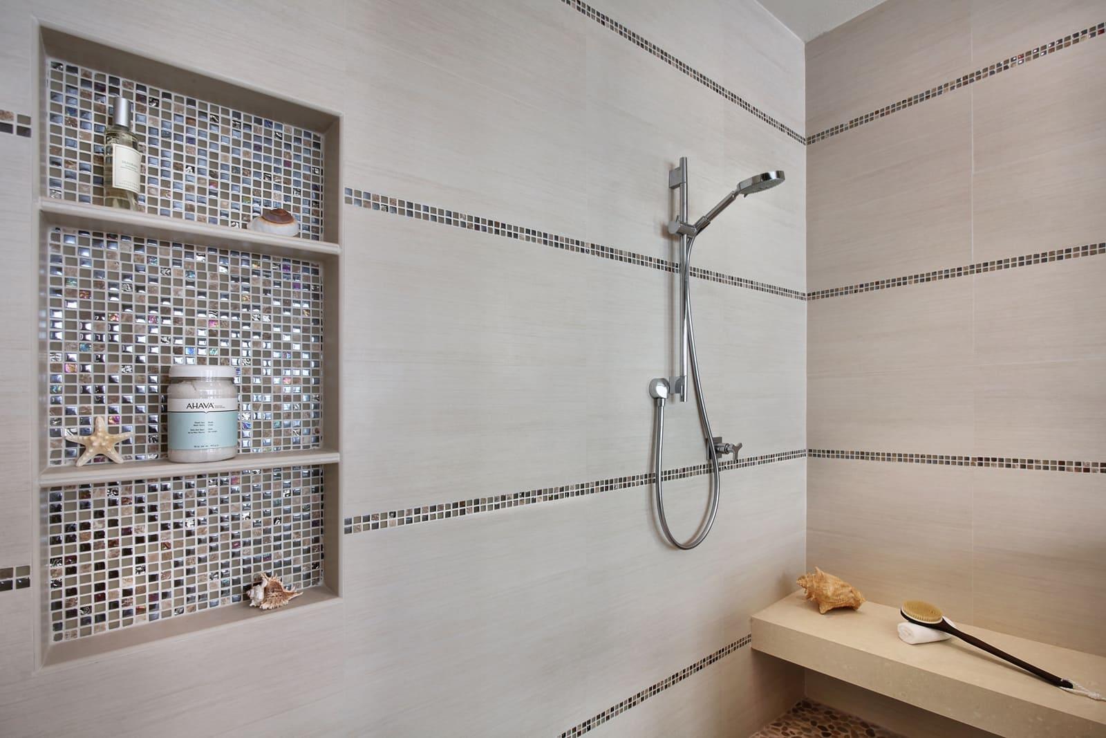 Сочетание большой плитки и мозаики