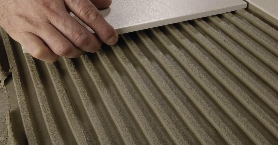 Толщина нанесения слоя плиточного клея на стену