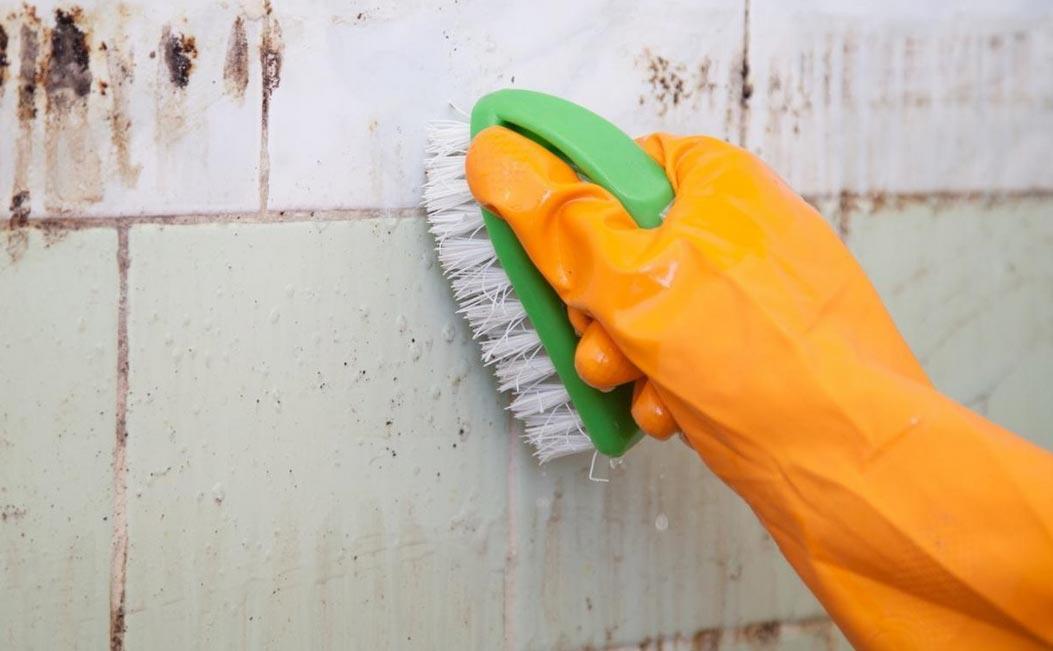 чистка швов между плиткой в ванной-механические средства