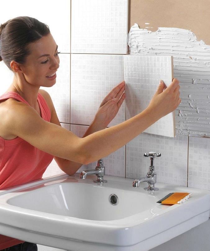 как предотвратить повторное отклеивание плитки в ванной