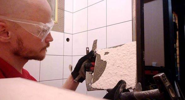 как приклеить отвалившуюся кафельную плитку на стену