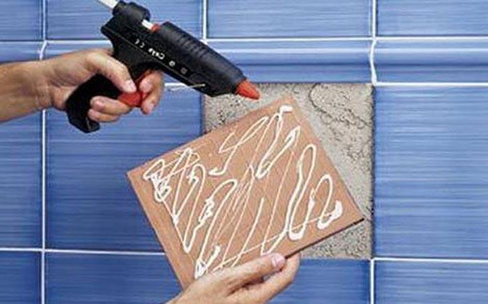 как приклеить отвалившуюся плитку на стену в ванной