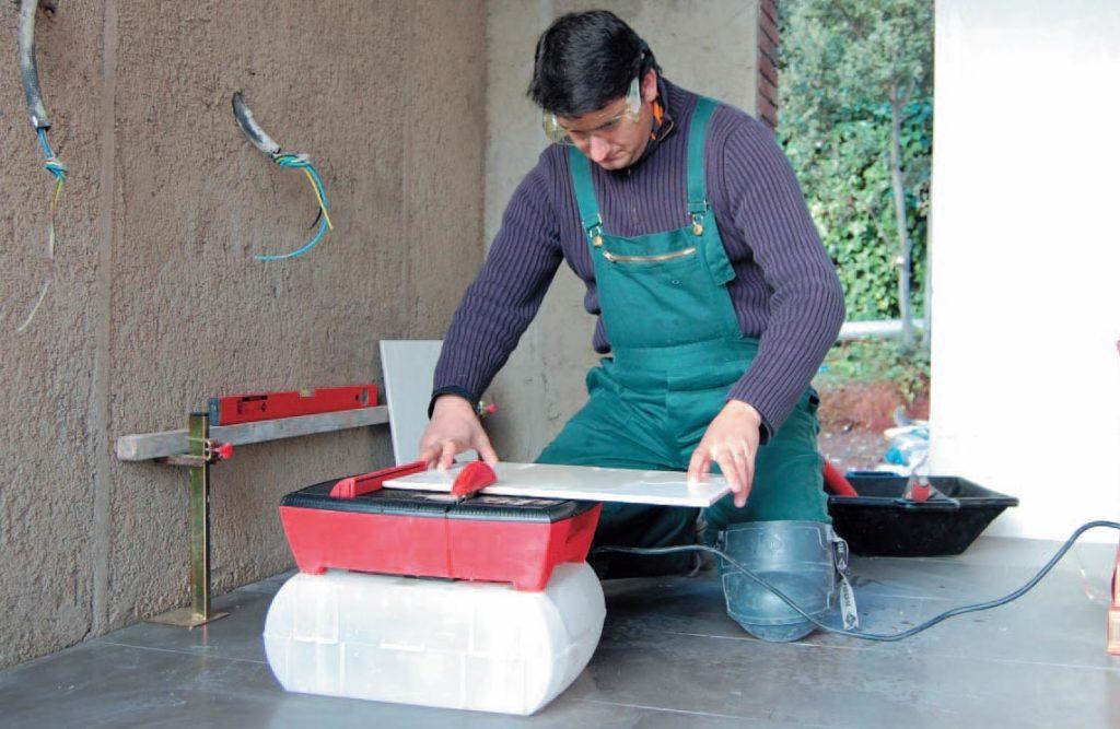 как резать плитку плиткорезом электрическим