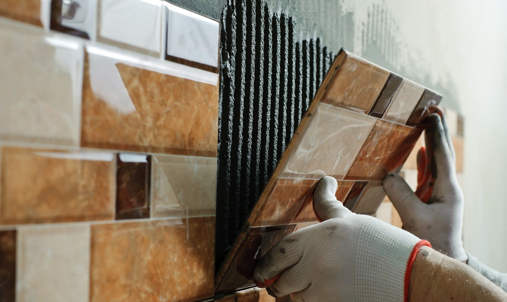 клей на плитке слой на стене
