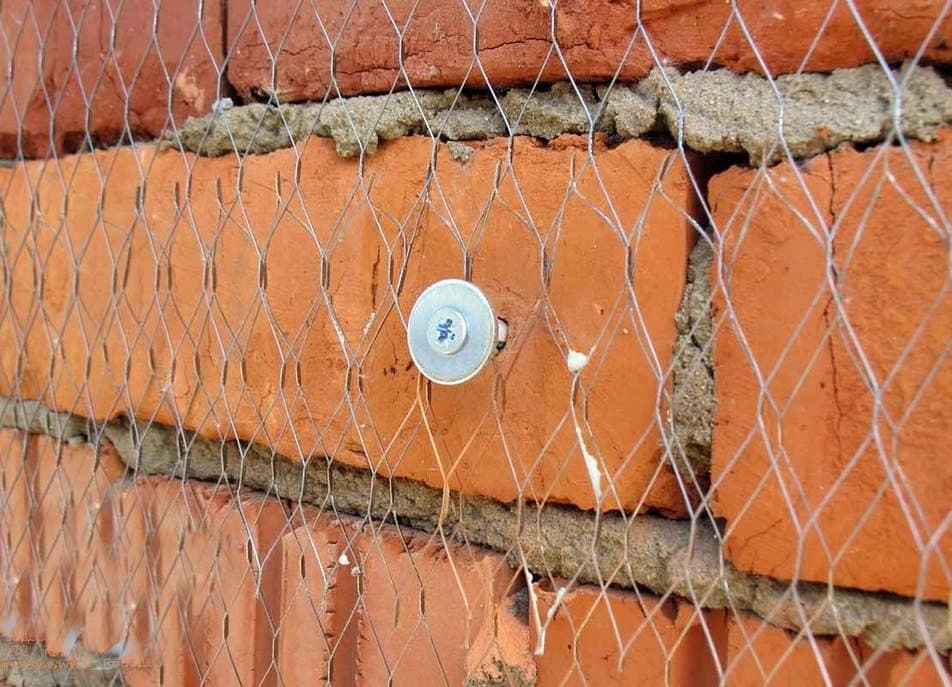непрочные места на стенах армировать стальной сеткой