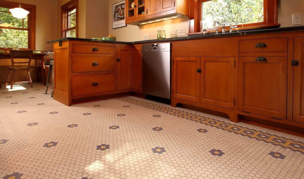 плитка мозаика на полу на кухне