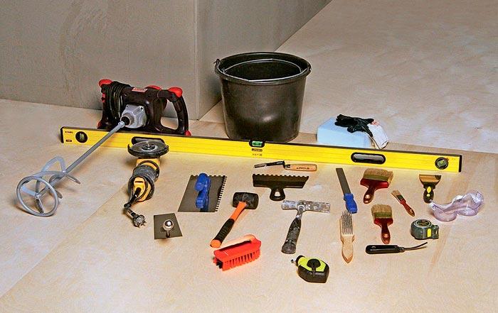 Подготовка инструментов и материалов перед укладкой плитки на деревянный пол