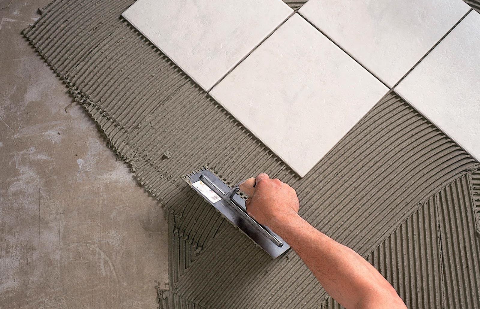 Процесс укладки плитки на пол на кухне