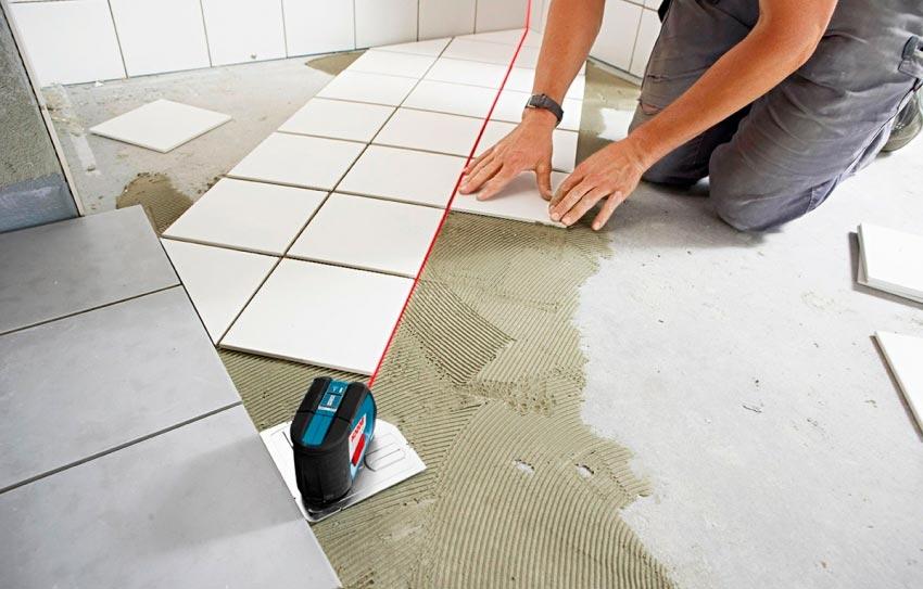 Разметка перед укладкой плитки на пол на кухне