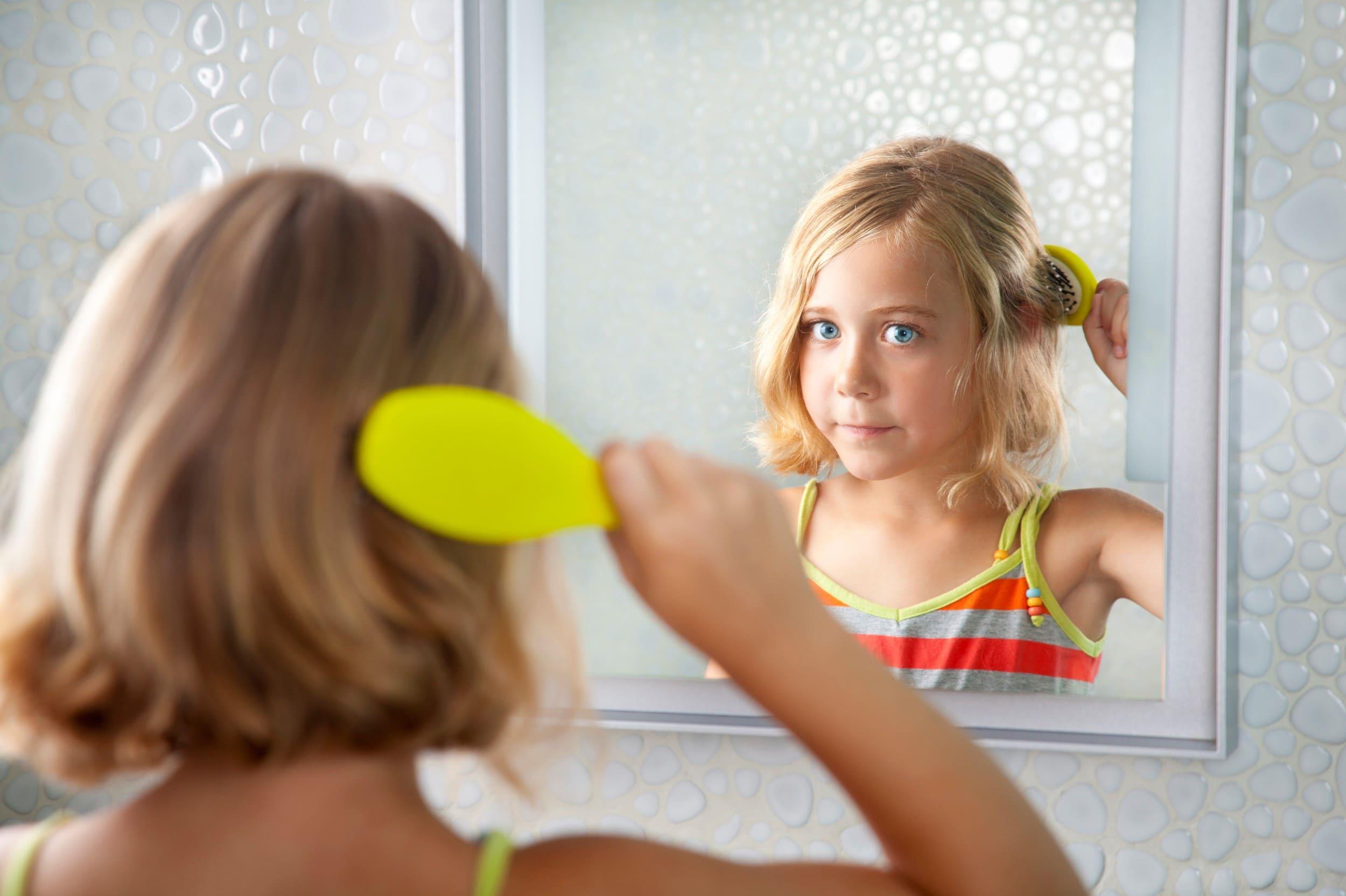 ребенок у зеркала в ванной