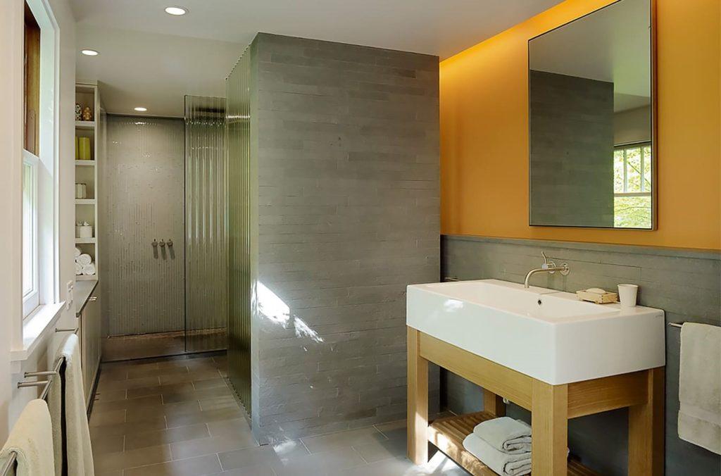 серый кафель в ванной с теплыми тонами