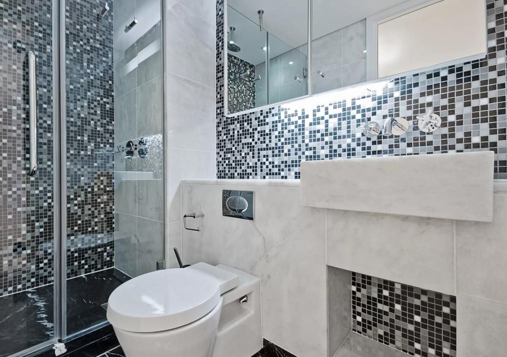 серый кафель в ванной с зеркальными