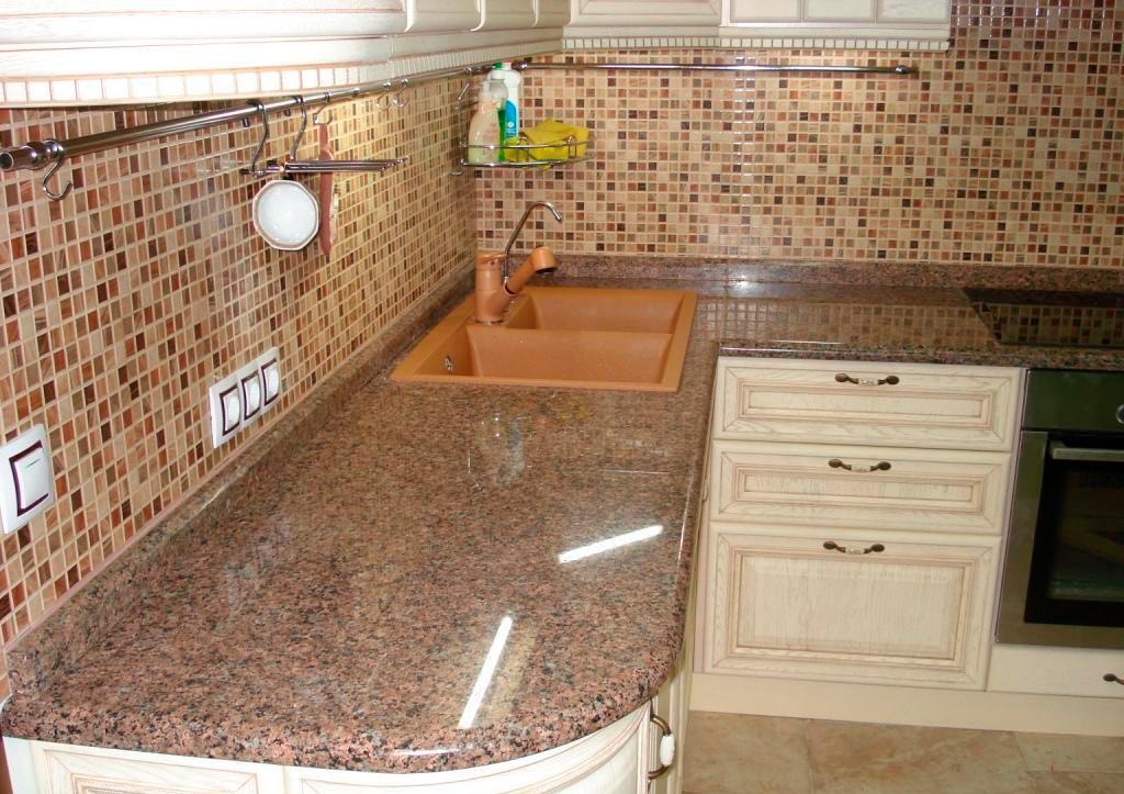 Столешница из гранитной плитки на кухню