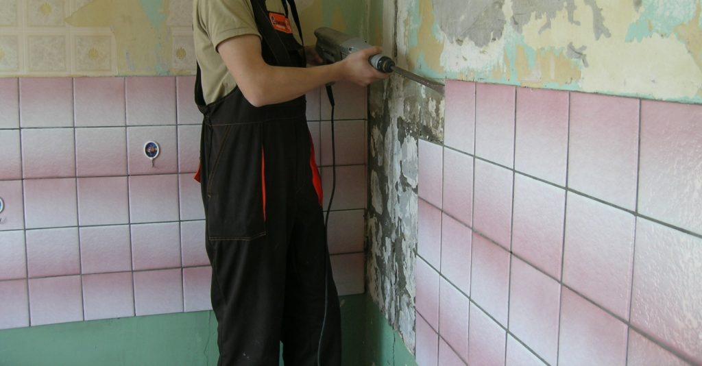 удаление старой плитки со стены