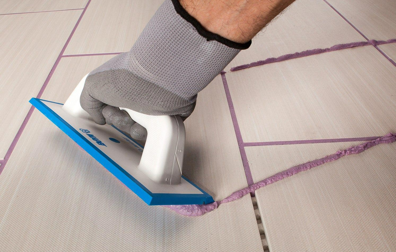 укладка плитки на пол в туалете-затирка швов