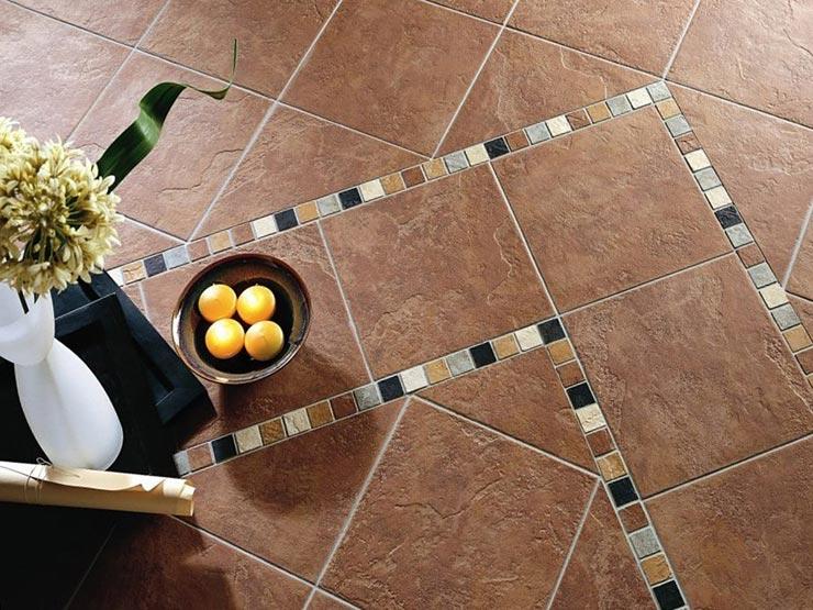 Декоративная плитка на полу в интерьере