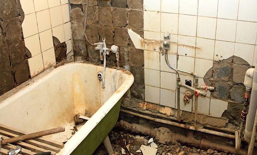 укладка плитки в ванной-освобождение помещения