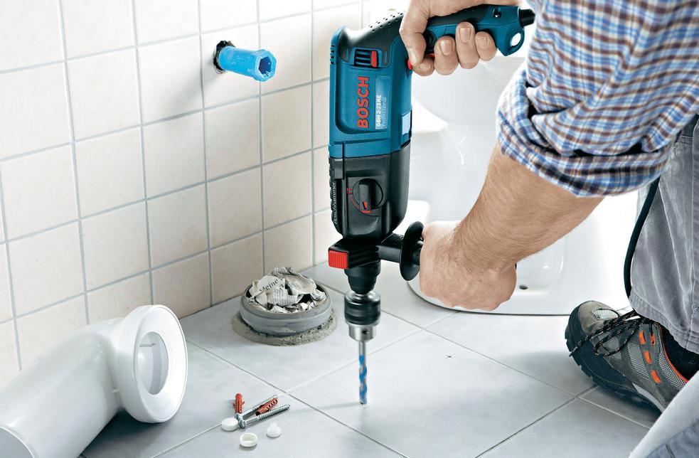 укладка плитки в ванной-просверливание отверстий под краны и розетки