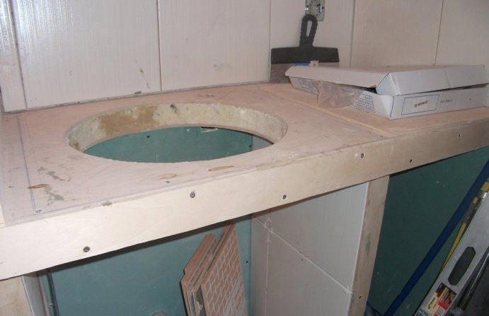 укладка плитки в ванной-вырезка угловых деталей