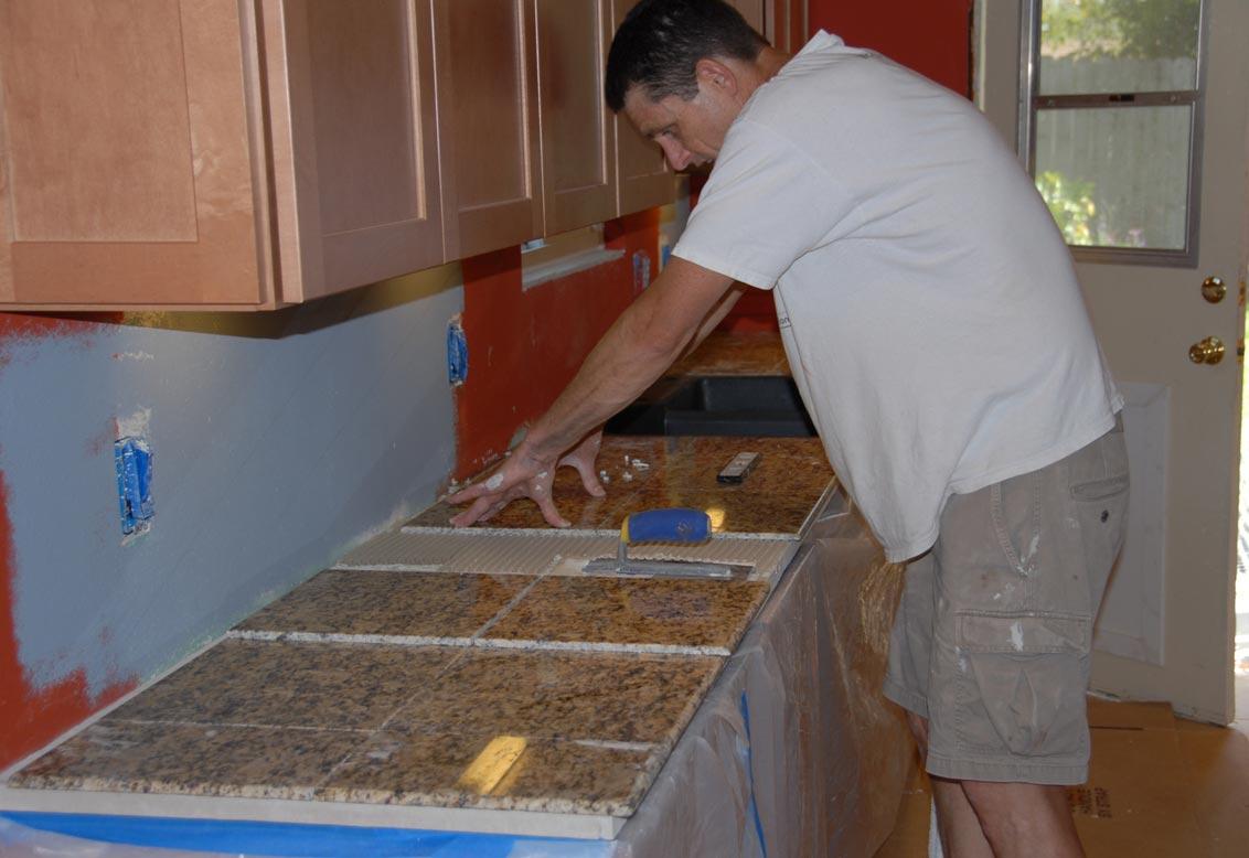 укладка плиточной Столешницы на кухню