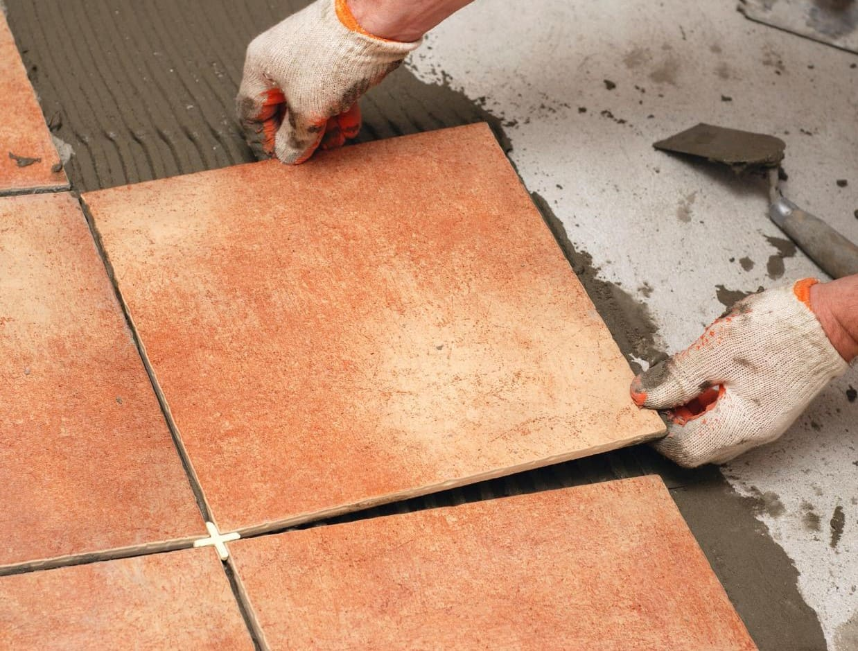 выкладка плитки на пол клей