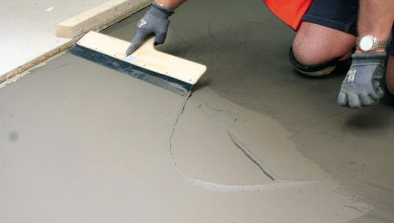 выравнивание пола плиточным клеем под плитку