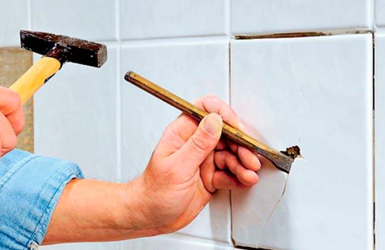 Замена поврежденной плитки в ванной