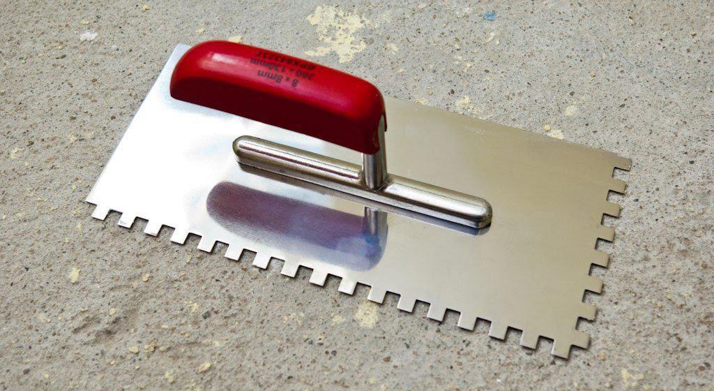 зубчатый шпатель для плитки