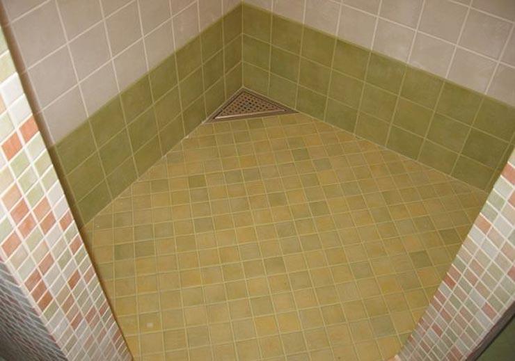 Душевая выложенная плиткой с треугольным поддоном