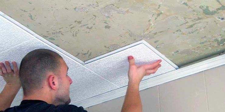 клеит плитку на потолок