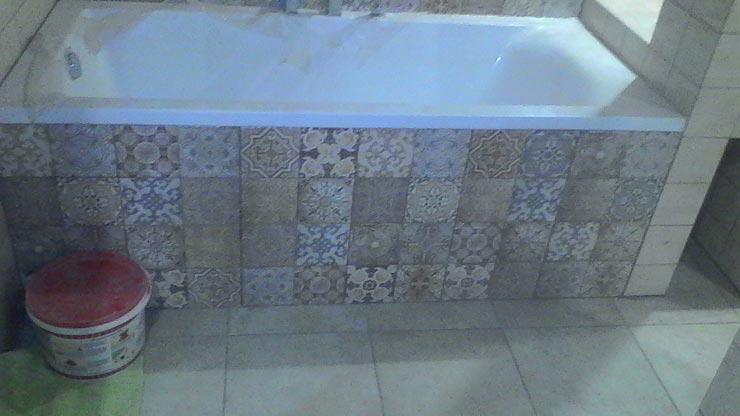 Ванная с экраном из плитки