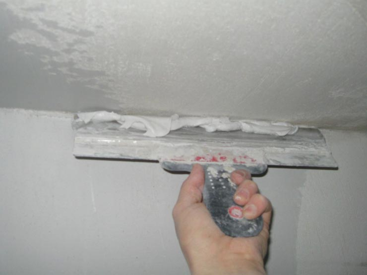 Выравнивает потолок шпатлевкой