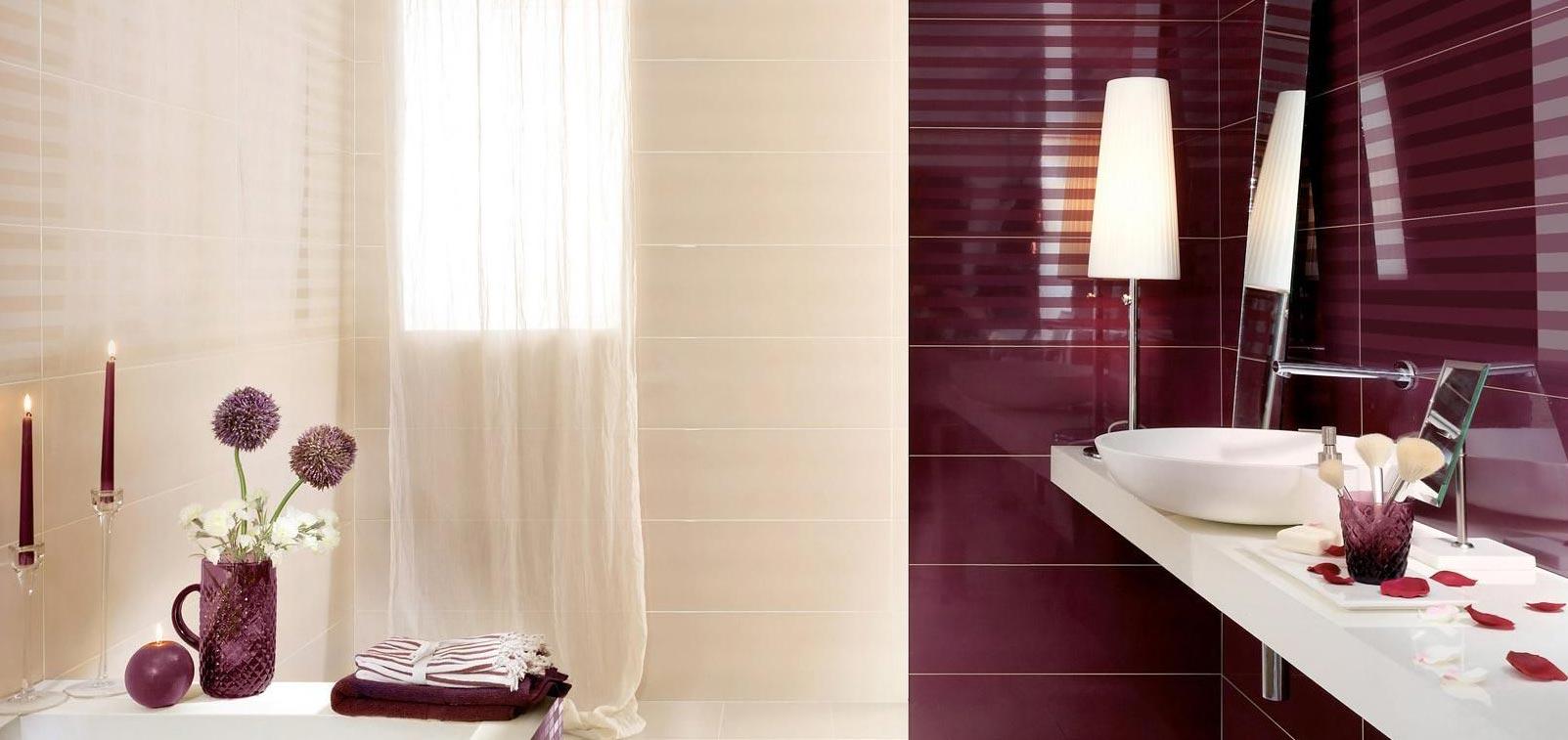маленькая ванная в бордовом цвете с нейтральным фоном