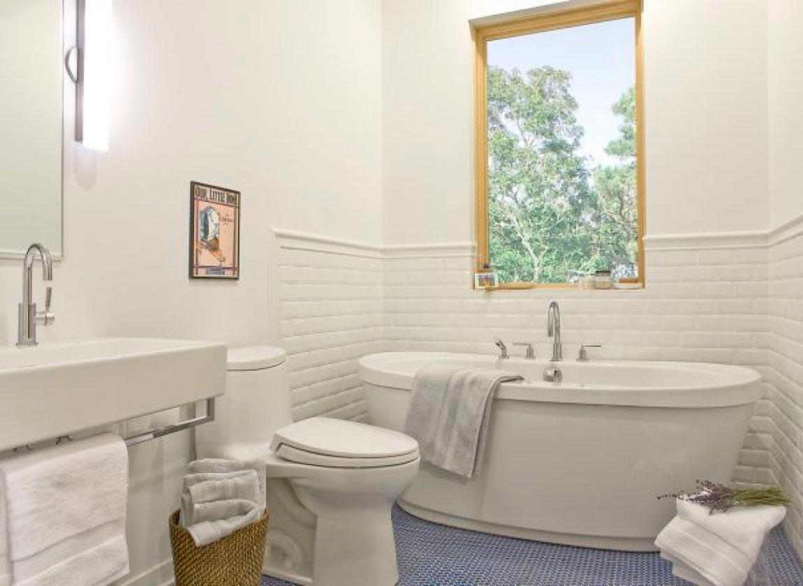Фактура материала и освещение белая плитка в ванной 2