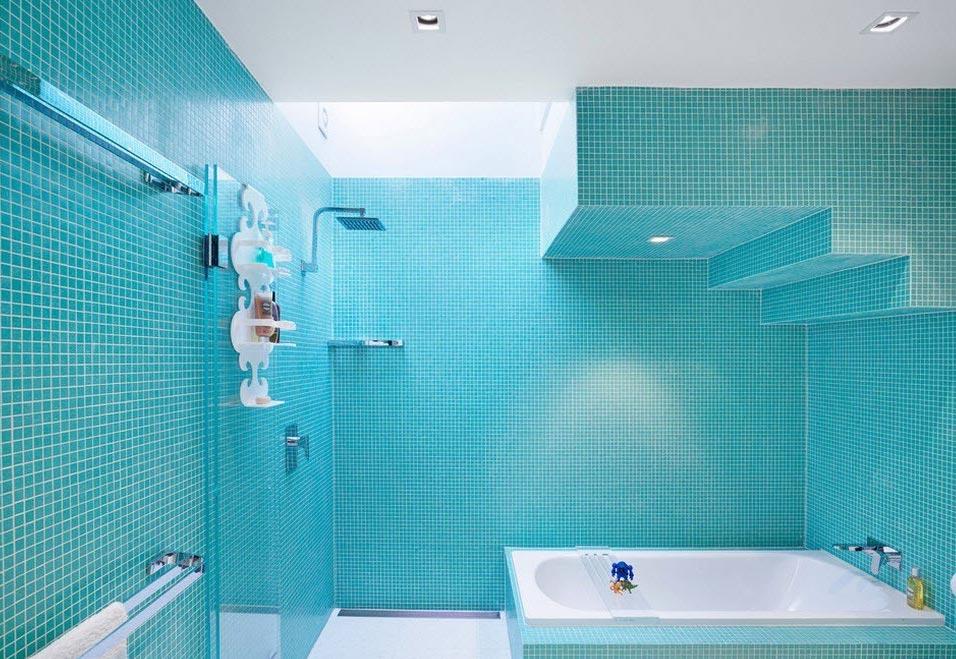 голубая мозаика в ванной