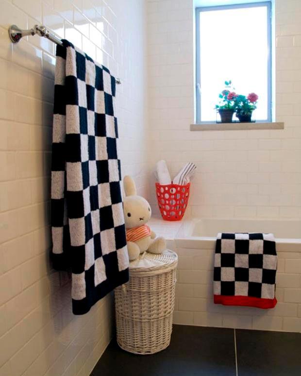 Интересные примеры белой плитки в ванной